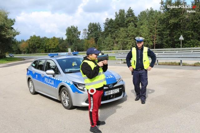 """Młodzież pomagała policjantom, a kierowcy oprócz """"mandatów uśmiechu"""" uczyli się, jak udzielić skutecznie pierwszej pomocy   Zobacz kolejne zdjęcia/plansze. Przesuwaj zdjęcia w prawo - naciśnij strzałkę lub przycisk NASTĘPNE"""
