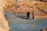 Leją beton na placu budowy nowego Egzotarium