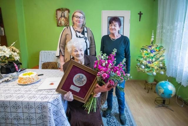 Pani Karolina Bujak, która medal otrzymała od przewodniczącej sejmiku mieszka w Kruszwicy, bardzo lubi kwiaty, których uprawą zajmowała się przez niemal całe życie. Gdy zdrowie na to pozwalało, chętnie jeździła także na wycieczki. Doczekała się licznych wnuków oraz prawnuków.