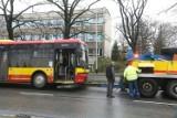 Wypadek autobusu we Wrocławiu: uderzył w bariery na al. Brucknera [ZDJĘCIA]