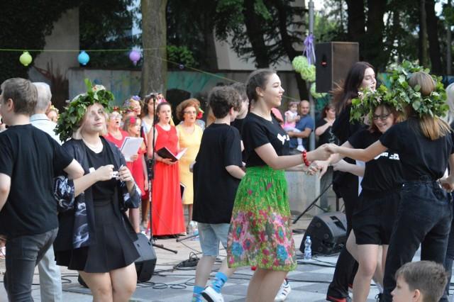 Do wspólnego śpiewania zachęcały działające przy bełchatowskim MCK-u chóry.