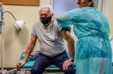 Jak zapisać się na szczepienie przeciw COVID-19? Harmonogram: Trwa rejestracja seniorów, szczepienia ruszają od 25 stycznia