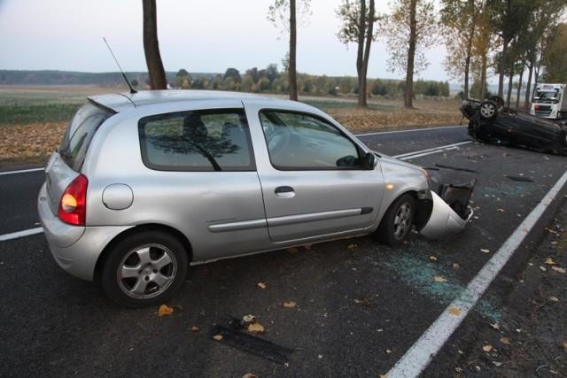 """W środę (17 października) na drodze krajowej za miejscowością Gęstowice (powiat krośnieński), kierująca renault clio uderzyła w pojazd, którego kierowca po wykonaniu manewru wyprzedzania nie zapanował nad autem i dachował. W wyniku zderzenia trzy osoby trafiły do szpitala.   Zobacz też: PRAWO JAZDY 2019. KONIEC OBOWIĄZKU WOŻENIA ZE SOBĄ PRAWA JAZDY. KIEDY TO NASTĄPI?  Do zdarzenia doszło w środę (17 października) po godzinie 4.00, na drodze krajowej pomiędzy miejscowościami Gęstowice a Drzeniów (powiat krośnieński). - Kierująca renault laguną wyprzedzając renault clio straciła panowanie nad kierownicą, zjechała na prawe pobocze, gdzie uderzyła w skarpę, a następnie dachowała na jezdni. Wówczas kierująca clio uderzyła w leżący pojazd - poinformowała asp. szt. J. Kulka, z Komendy Powiatowej Policji w Krośnie Odrz.  Zobacz też: CENA UBEZPIECZENIA OC W 2019 ROKU BĘDZIE JESZCZE WYŻSZA. ILE BĘDZIEMY MUSIELI ZAPŁACIĆ ZA POLISĘ?  W wyniku zderzenia kierująca laguną i dwoje pasażerów, których wiozła zostali zabrani do szpitala w Słubicach i Krośnie Odrzańskim. Na szczęście nikt nie odniósł poważniejszych obrażeń.   Policjanci zatrzymali kierującej renault laguną prawo jazdy, natomiast jej auto trafiło na policyjny parking. Wszystkie okoliczności zdarzenia będą wyjaśnione w toku czynności wyjaśniających prowadzonych przez policjantów z Krosna Odrzańskiego.  Zobacz też: SAMOCHÓD """"WIDMO"""" POTRĄCIŁ KOBIETĘ[WIDEO Z MONITORINGU]"""
