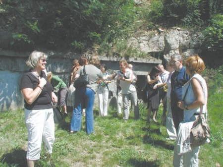 Konserwatorzy byli pod wrażeniem będzińskich podziemi. Taką niespodziankę przygotował dla nich Radosław Nawara (w środku), konserwator zabytków z Będzina.