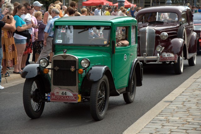 Tak wyglądał przejazd zabytkowych samochodów przez Wrocław w ubiegłym roku