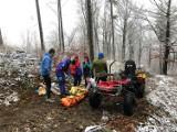 Ślisko na szlakach w Beskidach! Goprowcy ratowali biegaczkę, turystę i rowerzystę, którzy doznali poważnych urazów