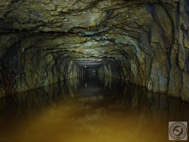 Stare, zalane przez wodę sztolnie kopalni złota w Zlatych Horach. Sztolnia Trzech Króli w Głuchołazach może wyglądać podobnie.