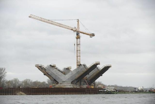 9 grudnia 2013 roku, czyli niespełna 7 lat temu około godziny 14 pierwsze samochody przejechały nowym mostem drogowym im. generał Elżbiety Zawackiej w Toruniu. Zobaczcie, jak powstawał nowy most!