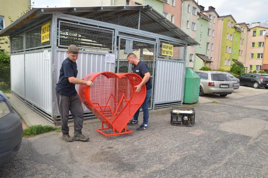 Pierwsze serca na nakrętki w Miastku ufundowała spółdzielnia mieszkaniowa. Już można z nich korzystać (zdjęcia)