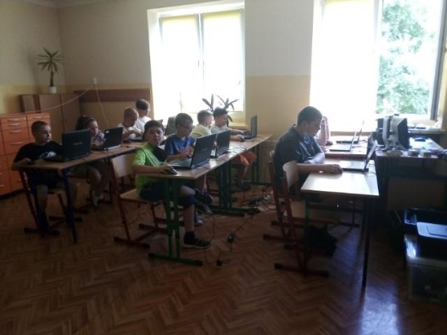 W Sosnowcu odbyły się półkolonie letnie Planeta Robotów. Dzieci uczyły się robotyki i programowania. Spędzały też czas na wolnym powietrzu.   Zobacz kolejne zdjęcia. Przesuń zdjęcia w prawo - wciśnij strzałkę lub przycisk NASTĘPNE