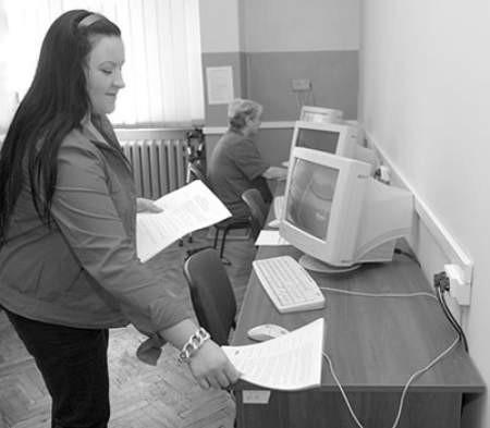 Dominika Raczyńska przygotowuje stanowiska do kursu. Olgierd Górny