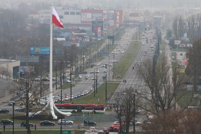 Jeden z największych masztów z flagą biało-czerwoną stanął na rondzie w Lublinie