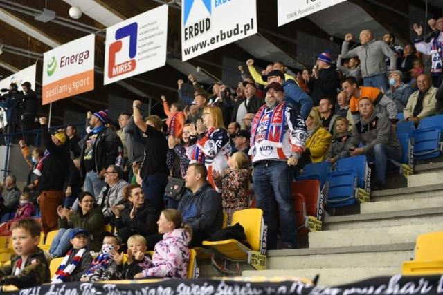 Fantastycznie zaczyna się sezon dla zawodników i kibiców KH Energa. Torunianie pokonali GKS Katowice, w niedzielę Podhale Nowy Targ i są jedną z trzech drużyn bez straty punktu w PHL.   Więcej zdjęć kibiców. Aby przejść do galerii, przesuń zdjęcie gestem lub naciśnij strzałkę w prawo.   KH Energa - Podhale Nowy Targ 4:0 (2:0, 1:0, 1:0)  Bramki: 1:0 Feofanow - Szabanow, Gusevas (9), 2:0 Jaakola - Saloranta (16), 3:0 Kalinowski (39), 4:0 Szabanow - Smirnow, M. Kalinowski (49). KH Energa: Svensson - Kozłow, Szkodienko, Bondaruk, K. Kalinowski, M. Kalinowski - Smirnow, Podsiadło, Sierguszkin, Fieofanow, Szabanow - Gusevas, A. Jaworski, Saloranta, Czwanczikow, Jaakola - Olszewski, Mazurkiewicz, Dołęga, Rożkow, Olkinuora.   ZOBACZCIE ZDJĘCIA KIBICÓW Z MECZU KH ENERGA - PODHALE >>>