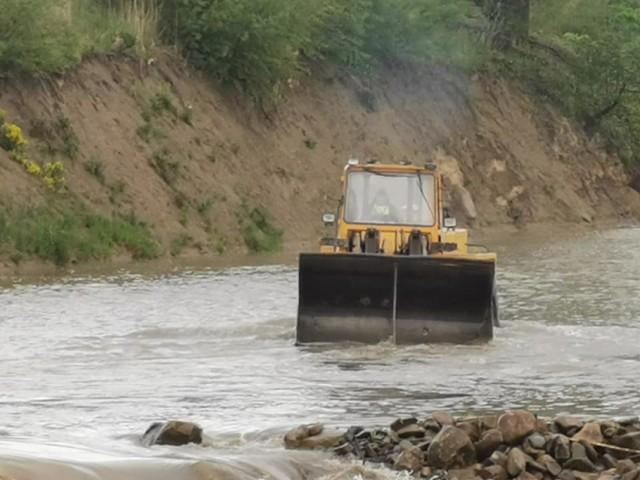 Koparka zniszczyła koryto pięknej, górskiej rzeki Żylicy.