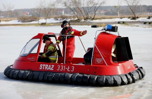Poduszkowiec na oblodzonym Bugaju w Piotrkowie. Strażacy uczyli się nim latać i manewrować
