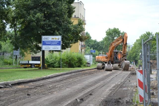 Trzeci odcinek ulicy Ostrogórskiej (do ronda Zagłębia Dąbrowskiego) jest rozkopany. Droga została zamknięta.   Zobacz kolejne zdjęcia. Przesuń w prawo - wciśnij strzałkę lub przycisk NASTĘPNE