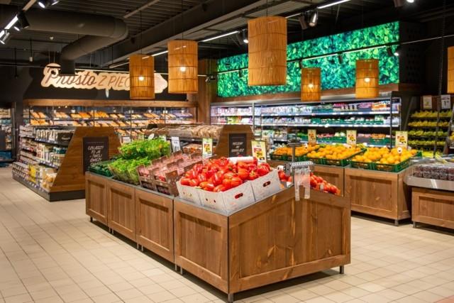 W najbliższy czwartek będzie można wybrać się na zakupy do pierwszego sklepu Netto w Łodzi, który powstał w miejscu likwidowanego Tesco. To placówka przy ul. Dylika 2/6, która została zamknięta 13 maja. Od tego czasu trwał remont.  Właściciel sklepów Netto - firma Salling Group - w czerwcu ubiegłego roku poinformowała o kupnie 301 sklepów Tesco w kraju. W marcu tego roku Urząd Ochrony Konkurencji i Konsumentów wydał zgodę na transakcję, w kwietniu rozpoczęła się wielka zmiana szyldów. Tzw. rebranding jednego sklepu trwa od 6 do 14 tygodni, a pierwsze placówki pod nowym szyldem zostały otwarte pod koniec maja, m.in. w Warszawie i Szczecinie.  Czytaj dalej