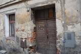 Miejsca wstydu w Gnieźnie. Obskurne kamienice, brud, śmietniska, opuszczone działki [FOTO]