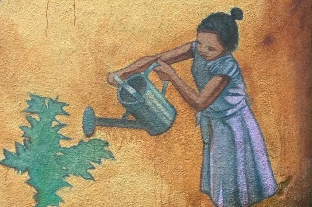 """""""Mała"""" dziewczynka z konewką nie jest już tak znanym muralem, jak jej duża koleżanka z drugiej strony ulicy"""