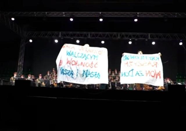 """Rafał R. Suszek i Michał Wojcieszczuk wbiegli na scenę """"Łuczniczki"""" i skandowali """"Łapy precz od Ukrainy""""."""