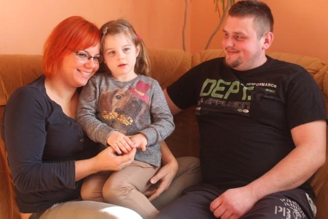 Oliwia Wiligała z Lipienic, siedemnastotysięczna mieszkanka gminy Chojnice (na zdjęciu z rodzicami) ma już 4 lata