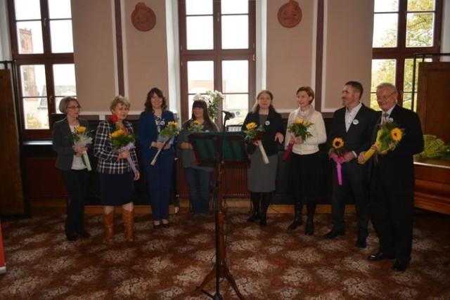 Jolanta Jaszczak (czwarta od lewej) w sobotę odbierze wyróżnienie marszałka za swoją pracę przewodnika