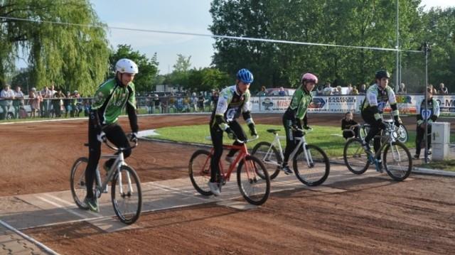 Speedrower to rywalizacja na torze żużlowym, ale na specjalnych rowerach
