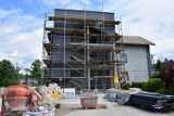 Sękowa. Budynki urzędu gminy i przedszkola, jak wielki plac budowy. W nowych obiektach trudno będzie znaleźć stare części