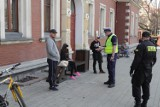 Antycovidowcy spotkali się w Rudzie Śląskiej. Zorganizowali Marsz Wolnych Ślązaków. Policja rozdawała mandaty
