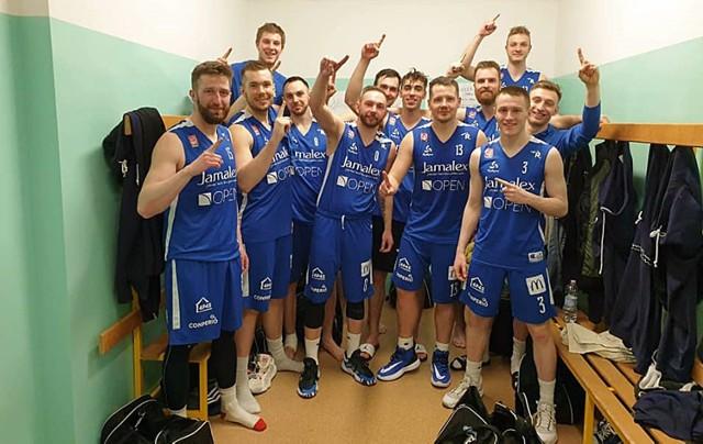 Koszykarze Rycerzy Rydzyna tuż po meczu w Żarach. Było się z czego cieszyć