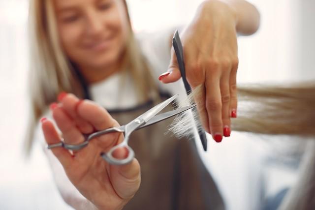 Przedstawiamy ranking fryzjerów z Gubina. Oceny wystawiali klienci za pomocą strony internetowej Google. Wybraliśmy fryzjerów, którzy mają powyżej 4 gwiazdek (skala ocen: 0-5) i więcej niż jedną opinię. Trzeba pamiętać, że jedni dostali więcej opinii, inni mniej. Którzy fryzjerzy z Gubina są najlepsi? Czy Wasz fryzjer znajduje się w naszym zestawieniu? Sprawdźcie!