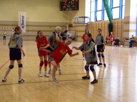 Mecz o trzecie miejsce wygrały zawodniczki z Zespołu Szkół w Czersku. Na zdjęciu przy piłce Martyna Szopińska. Fot. Maria Sowisło