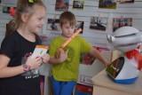 Dzieci z Przedszkola Miś w Szczecinku uczą się języka angielskiego z… robotem [zdjęcia]