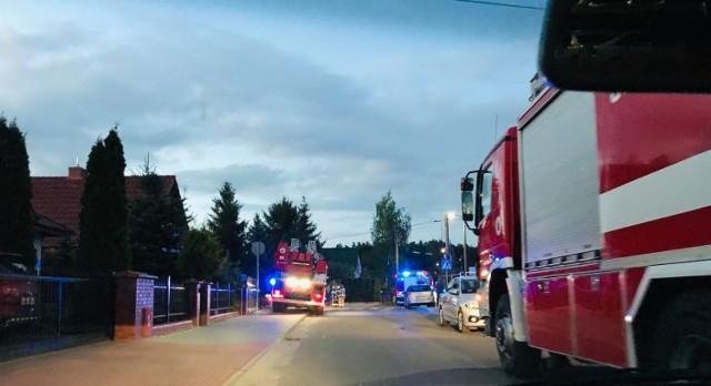 Ogień w hali w Białych Błotach pojawił się przed godz. 21.00.