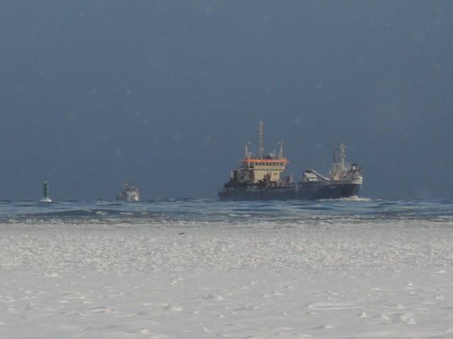 Zamarznięty Bałtyk zapiera dech w piersiach. Niezwykły widok plaży w Świnoujściu. Nie wiadomo, gdzie kończy się plaża, a gdzie zaczyna morze.