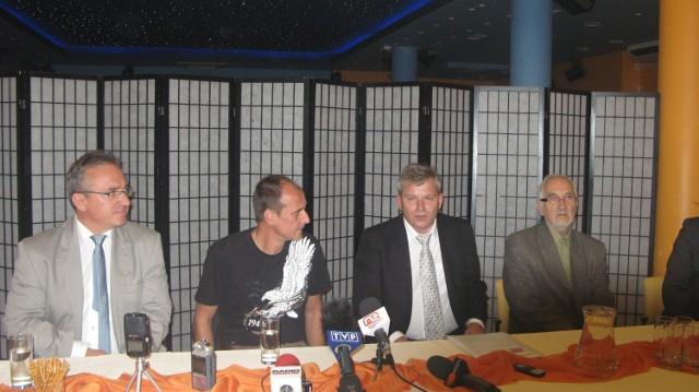 Na zdjęciu od lewej : Piotr Roman, prezydent Bolesławca, Paweł Kukiz, Wiesław  Gierus, kandydat na prezydenta Jeleniej Góry oraz Jerzy Nalichowski