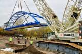 Nowa kładka w Bydgoszczy. Ogromny dźwig ustawia 100-tonową konstrukcję nośną estakady [zdjęcia]