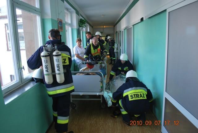 Strażacy ewakuowali chorych na zewnątrz, gdzie rozbito namiot