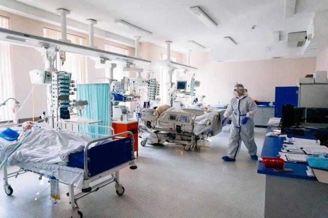 Koronawirus w Polsce wyraźnie osłabł, martwią jednak dane dotyczące zgonów.