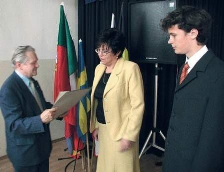 Akt przyjęcia do Klubu Przodujących Szkół wręczył Janusz Syrokomski. Foto: JAKUB MORKOWSKI