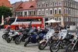Gniezno Rynek. Zbiórka krwi i zbiórka pieniędzy dla Olgi zorganizowana przez motocyklistów