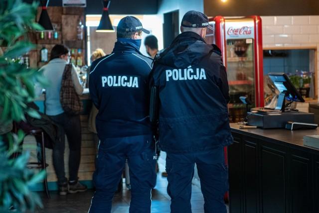 Zakopiańscy policjanci wraz z pracownikami Sanepidu weszli do zakopiańskiej kawiarni Jaga. Miało to miejsce w poniedziałek. Lokal dalej działa.