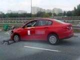 Wypadek w Dolince Służewieckiej. Pijany kierowca wiózł pijaną pasażerkę. Kurs zakończyli się na barierce