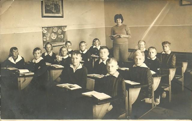 Początek roku szkolnego w latach sześćdziesiątych. Dziewczęta w granatowych fartuszkach z białym kołnierzykiem. Chłopcy w granatowych mundurkach, z białym kołnierzykiem i tarczą na rękawie. Jak wam się podoba tak ubrany uczeń?
