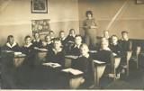 Uczeń z początku lat sześćdziesiątych i późniejszych, w mundurku szkolnym. Jak Wam sie podoba? [Zdjęcia]