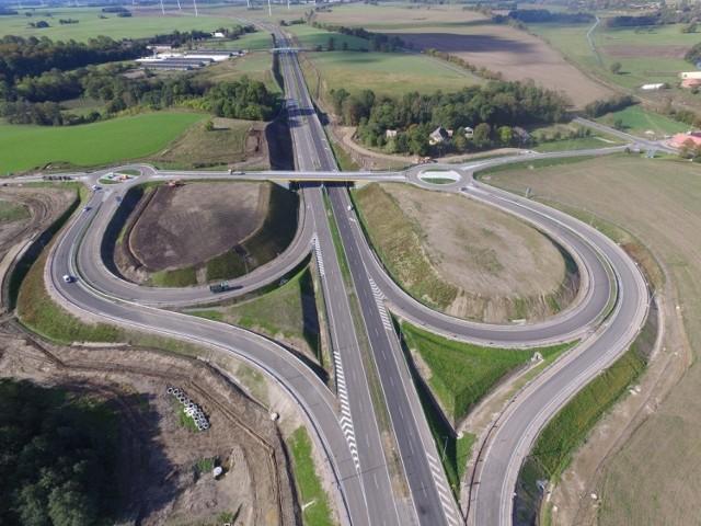 W najbliższych dniach kierowcy pojadą kolejnym odcinkiem drogi S6 – z Koszalina do Kołobrzegu. Jak wygląda ten odcinek z lotu ptaka? Zobaczcie zdjęcia!