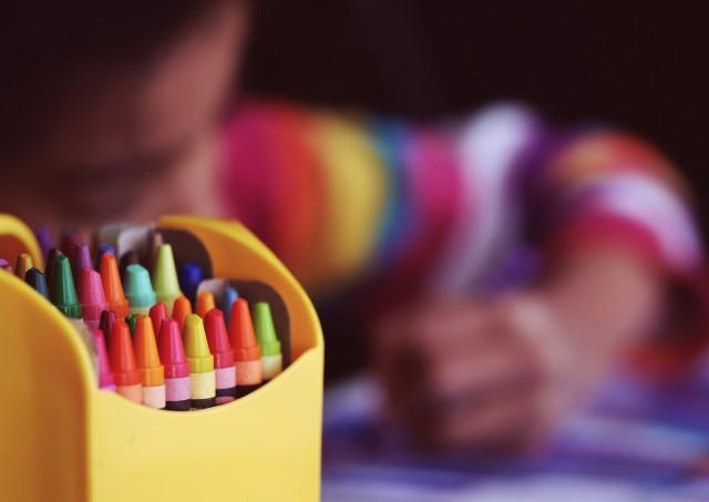Do Komendy Powiatowej Policji w Nowej Soli można przynosić kredki, kolorowanki, flamastry, zeszyty oraz innego rodzaju przybory szkolne.