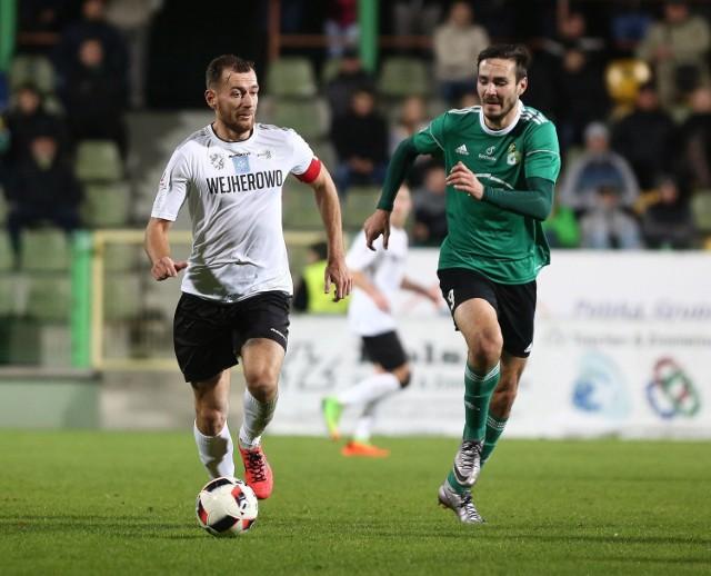 Piotr Kołc (przy piłce) przez kilka lat był piłkarzem i kapitanem Gryfa Wejherowo. Teraz został trenerem Zawiszy Bydgoszcz