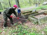 Członkowie i sympatycy Fundacji Silesia wysprzątali dawny cmentarz w Brzeziu. Teraz wchłania go las