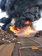 PRZYSIEKA POLSKA. Pożar na składowisku odpadów cały czas trwa. Strażacy walczą z ogniem już dobę. Gaszenie potrwa do wieczora [ZDJĘCIA]